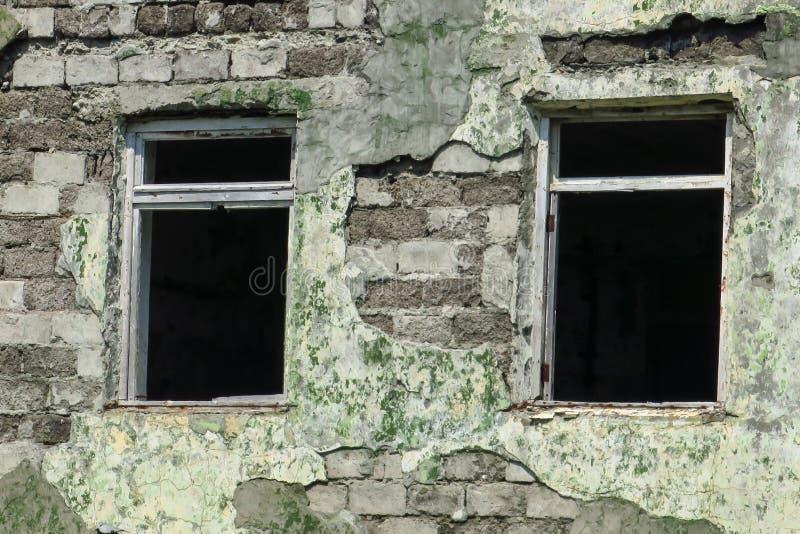 Détruit par l'incendie, la fenêtre cassée, brûlent vers le bas, a abandonné, dévaste, maison, dangereuse, photo stock