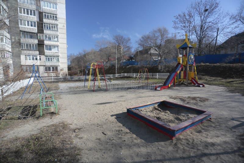 Développement d'Esidential des maisons de panneau et de brique de Vladivostok Rues des secteurs de sommeil de la capitale de l'Ex image libre de droits