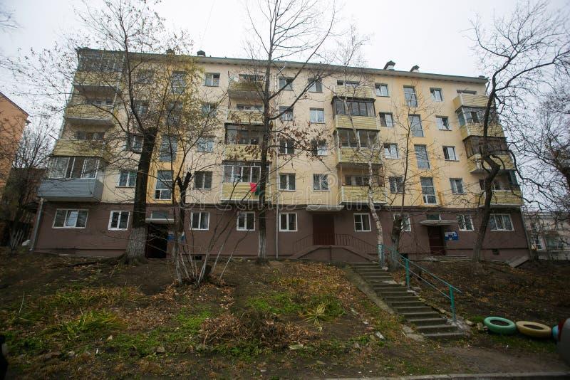Développement d'Esidential des maisons de panneau et de brique de Vladivostok Rues des secteurs de sommeil de la capitale de l'Ex photos stock