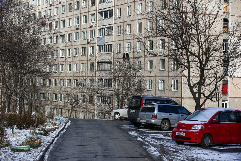 Développement d'Esidential des maisons de panneau et de brique de Vladivostok Rues des secteurs de sommeil de la capitale de l'Ex images stock