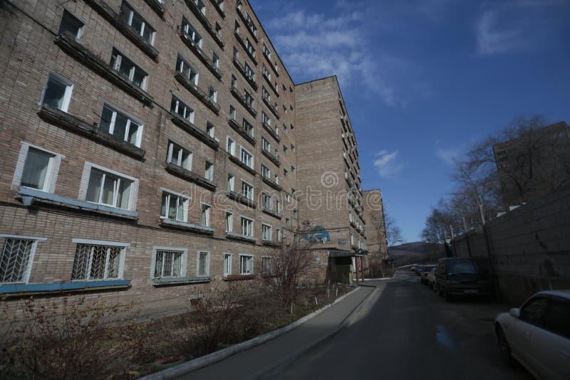 Développement d'Esidential des maisons de panneau et de brique de Vladivostok Rues des secteurs de sommeil de la capitale de l'Ex photos libres de droits