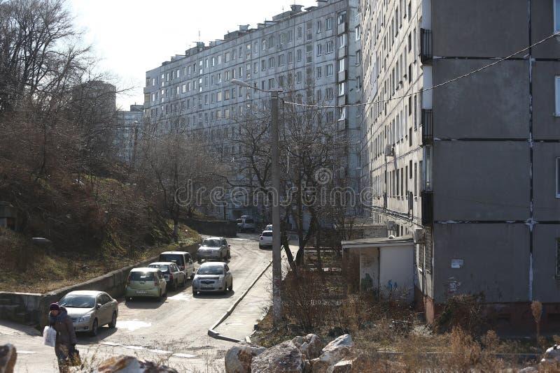 Développement d'Esidential des maisons de panneau et de brique de Vladivostok Rues des secteurs de sommeil de la capitale de l'Ex photo libre de droits