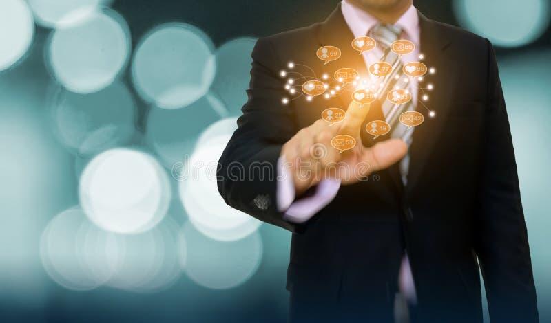 Développement de graphe par point d'homme d'affaires et de concept de flèche aux médias sociaux en ligne photos libres de droits