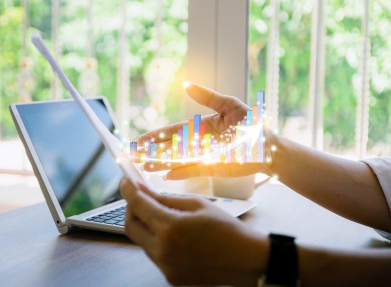 Développement de graphique de gestion et de concept de flèche au revenu annuel croissant de succès image stock