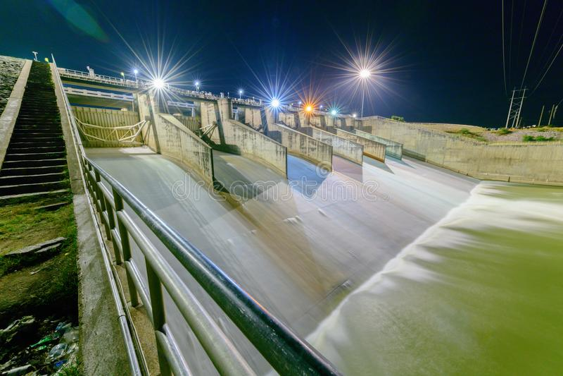 Déversoir de porte de barrage la nuit, projet de barrage de PA Sak Cholasit photographie stock libre de droits