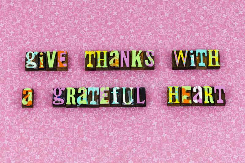Dê a agradecimentos o coração grato tipografia grata fotos de stock