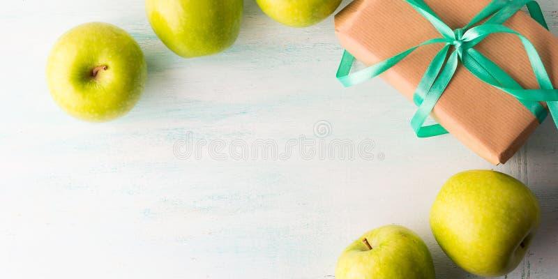Dê a comer da saúde o conceito saudável das maçãs do verde do alimento imagens de stock
