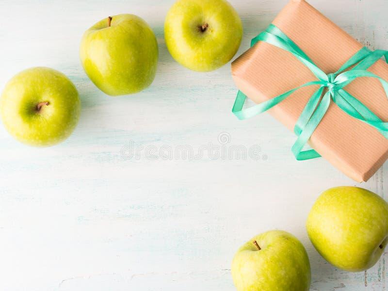 Dê a comer da saúde o conceito saudável das maçãs do verde do alimento foto de stock