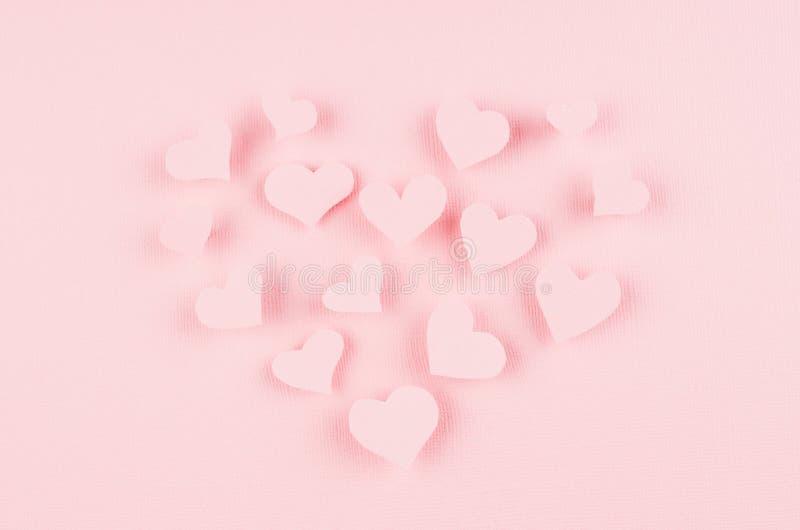 Dê forma ao coração de corações de papel cor-de-rosa do voo no fundo cor-de-rosa macio da cor Projeto do dia de Valentim fotos de stock royalty free
