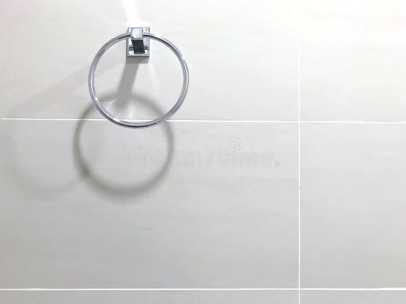 Dê laços pendurando em volta do toalete de aço inoxidável de toalha, hangin da parede foto de stock