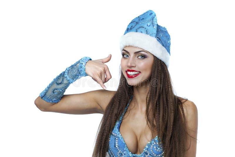 Dê-me uma chamada, mulher bonita nova vestida como a neve miliampère do russo imagens de stock