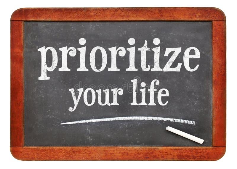 Dê a prioridade a seu conselho da vida no quadro-negro fotografia de stock