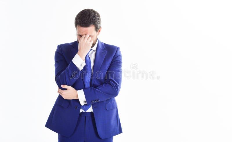 Día agotador Fondo blanco concentrado hombre de negocios de la nariz del pellizco Minuto de la toma a analizar Juego formal del h fotos de archivo