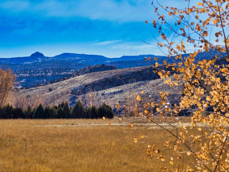 Día agradable de noviembre en el valle imagen de archivo