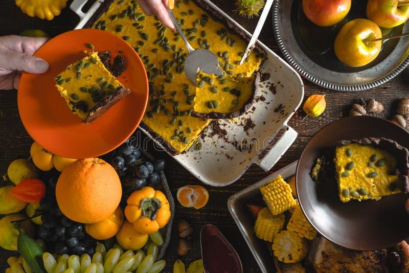 Día americano de la acción de gracias, pastel de calabaza del chocolate, fruta foto de archivo