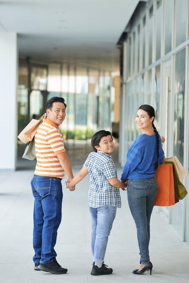 Día asiático del gasto de la familia en la alameda de compras foto de archivo libre de regalías