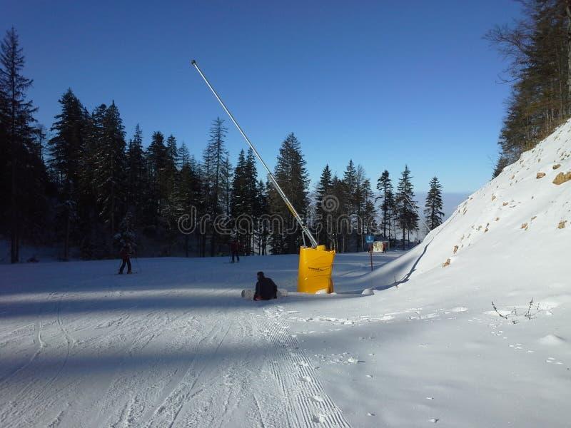 Día asoleado del esquí fotografía de archivo