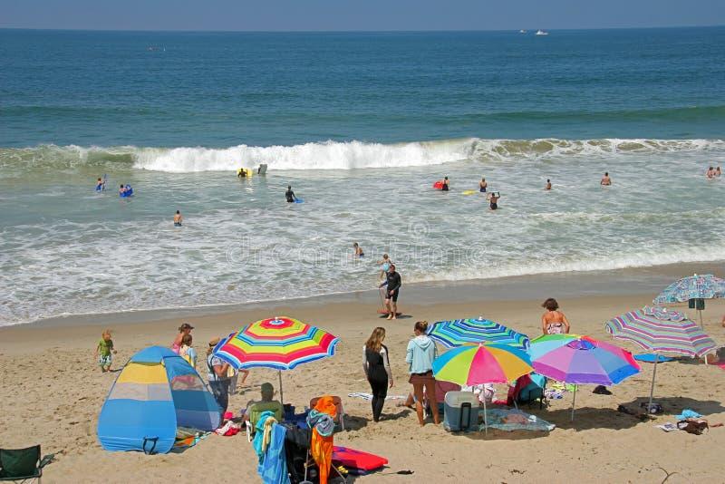 Día asoleado hacia fuera en la playa imagen de archivo