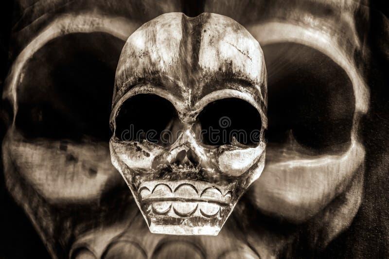 Día asustadizo de la máscara tribal muerta y de Halloween del cráneo - concepto de peligro, de muerte, de miedo y de veneno - fan foto de archivo libre de regalías