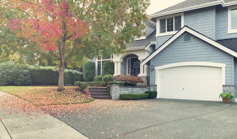 Día brillante del otoño con el hogar unifamiliar residencial moderno foto de archivo