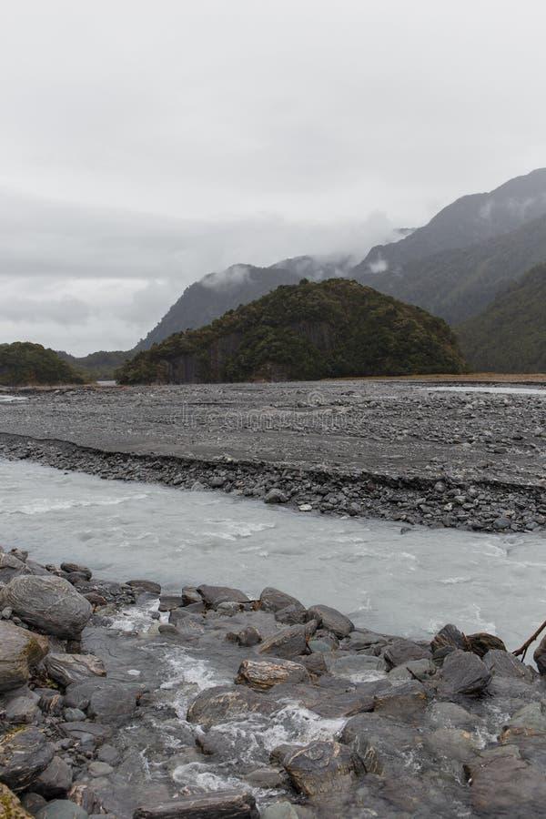 Día brumoso en las montañas cerca de Franz Josef Glacier fotografía de archivo libre de regalías