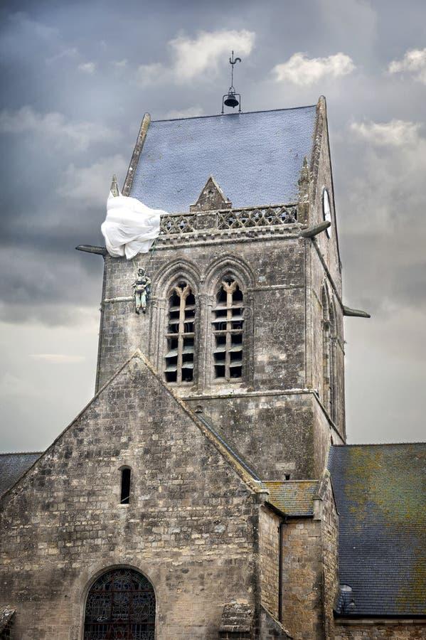 Día D Paracaidista que cuelga de la iglesia, St Eglise mero, Normandía, Francia fotos de archivo libres de regalías