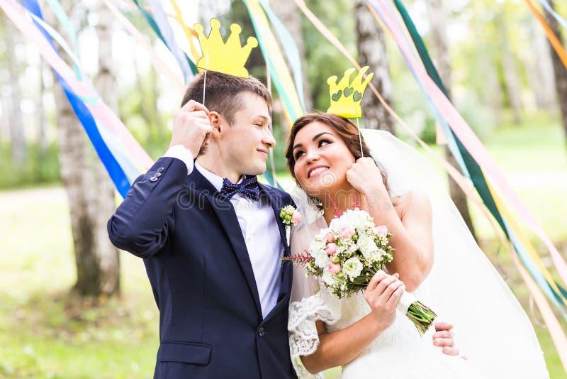 Día de April Fools ' Pares de la boda que presentan con la corona, máscara fotos de archivo libres de regalías