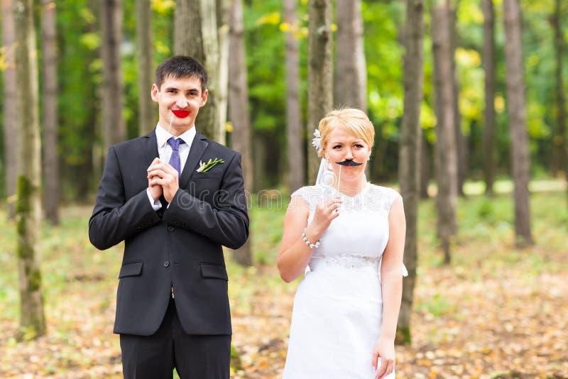 Día de April Fools ' Pares que presentan con los labios del palillo, máscara de la boda imagenes de archivo