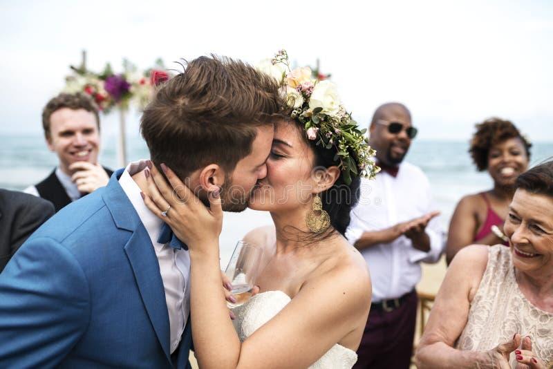 Día de boda caucásico joven del ` s de los pares foto de archivo