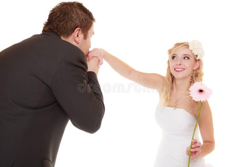 Día de boda mano que se besa del novio de la novia aislada imagen de archivo libre de regalías