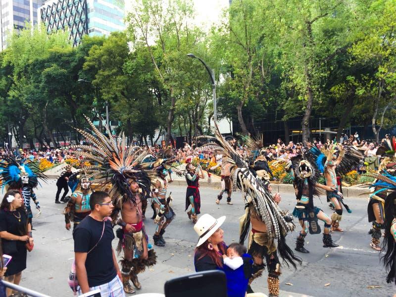 Día de caminar de los Aztecas del desfile de la muerte imagenes de archivo