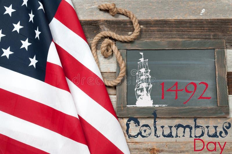 Día de Colón feliz Estados Unidos señalan por medio de una bandera fotos de archivo