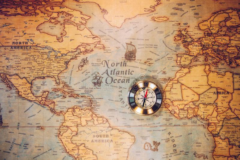 Día de Colón y mapa del mundo con el compás imagen de archivo libre de regalías