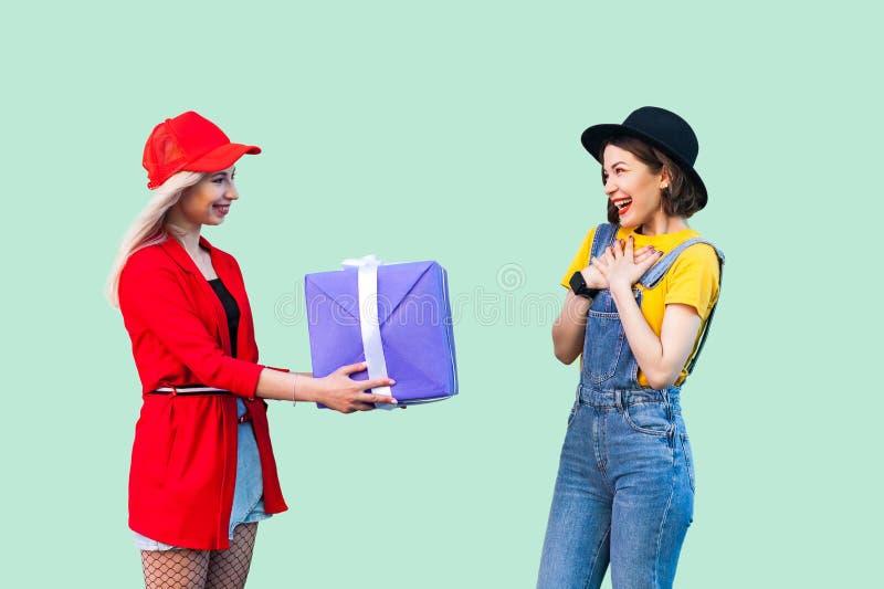 Día de fiesta brillante de amigos preciosos Retrato de dos hermanas de moda felices hermosas del inconformista, muchacha de la vi foto de archivo libre de regalías
