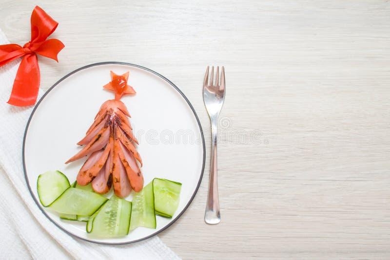 día de fiesta, celebración, concepto del arte de la comida Árbol de navidad comestible divertido hecho de las salchichas asadas a imagenes de archivo