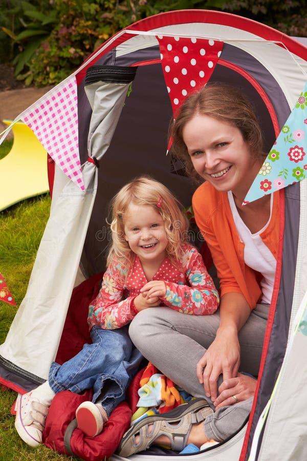 Día de fiesta de Mather And Daughter Enjoying Camping en sitio para acampar fotografía de archivo libre de regalías