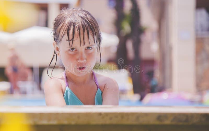 Día de fiesta del niño del verano en el agua Poco muchacha del niño en la piscina de agua fotos de archivo