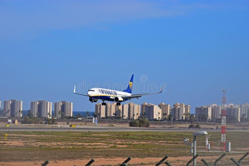 Día de fiesta Jet Landing At Alicante Airport de Ryanair foto de archivo libre de regalías