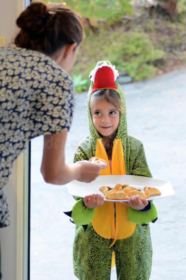 Día de fiesta judío de Purim - el niño da Mishloach Manot fotos de archivo libres de regalías