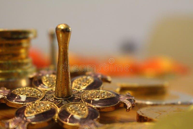 Día de fiesta judío Jánuca con el dreidel de plata con las monedas de la granada y del chocolate imagen de archivo libre de regalías