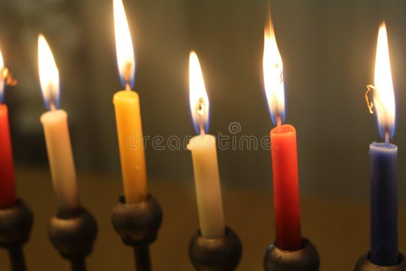 Día de fiesta judío Jánuca con la luz de las velas foto de archivo