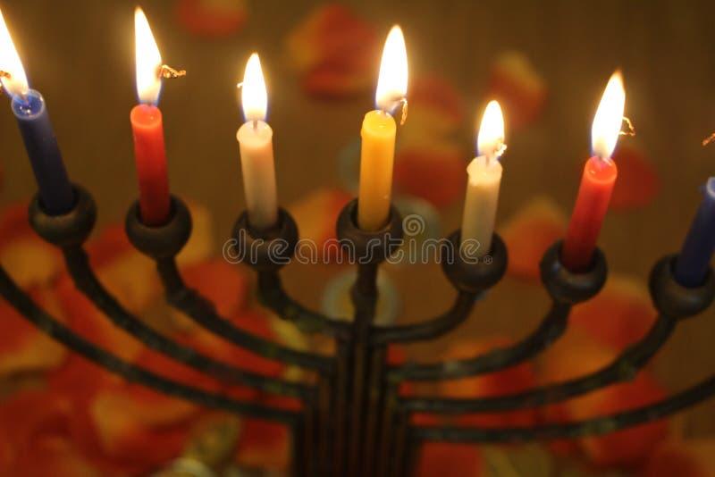 Día de fiesta judío Jánuca con la luz de las velas imagen de archivo