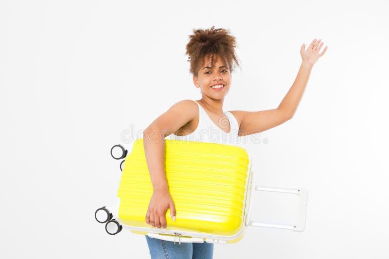 Día de fiesta de la diversión del verano Mujer afroamericana con la maleta amarilla aislada en la plantilla blanca y el fondo en  imagen de archivo