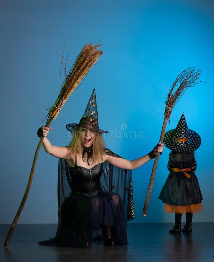 Día de fiesta de la mamá y de la hija de Halloween fotos de archivo