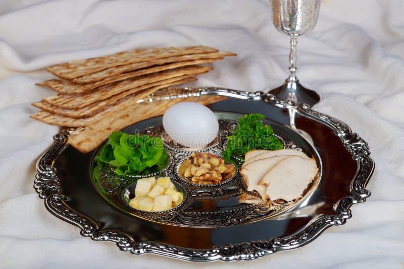 Día de fiesta de la pascua judía de la celebración de Pesah Texto tradicional de la placa del pesah en hebreo: Pascua judía, huev imagen de archivo libre de regalías