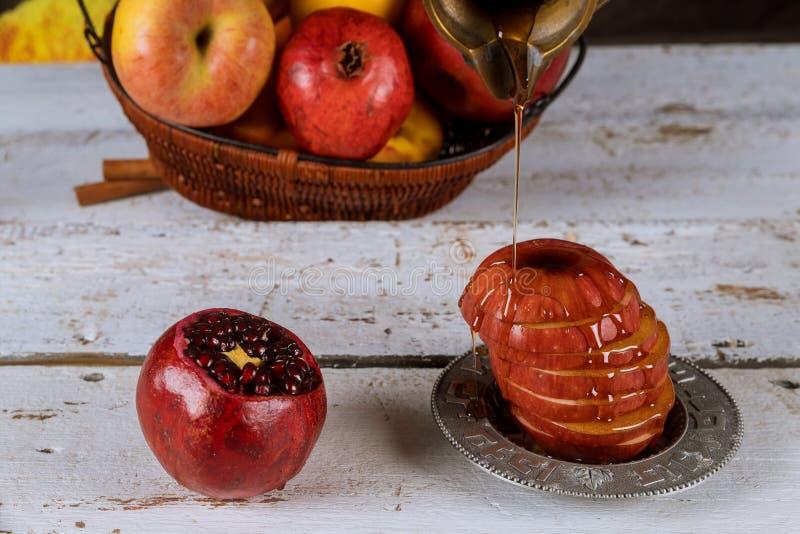 Día de fiesta tradicional del jewesh del hashanah del rosh de los símbolos del día de fiesta de la miel, de la manzana y de la gr imágenes de archivo libres de regalías