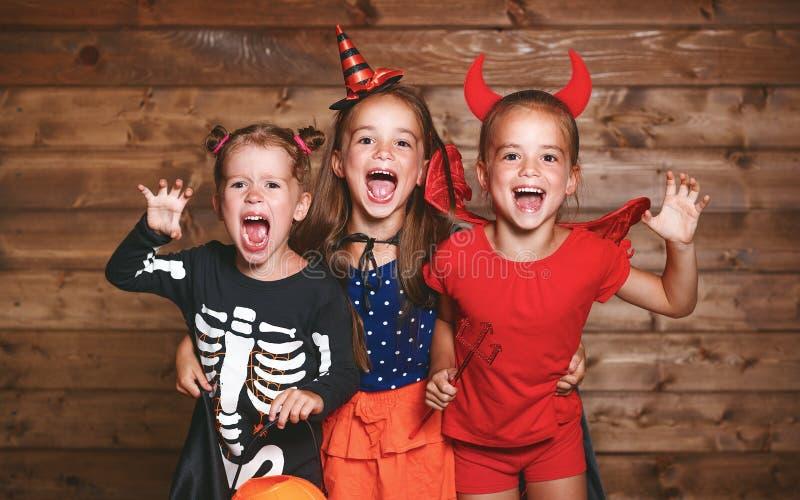 Día de fiesta Víspera de Todos los Santos Niños divertidos del grupo en trajes del carnaval foto de archivo