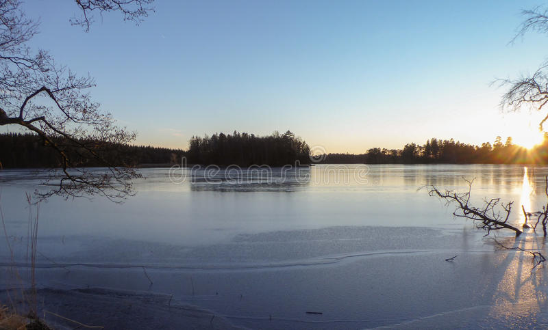 Día de invierno por el agua fotos de archivo