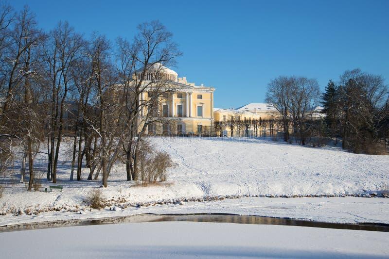 Día de invierno soleado en parque del palacio de Pavlovsk Vecindades de St Petersburg, Rusia fotografía de archivo
