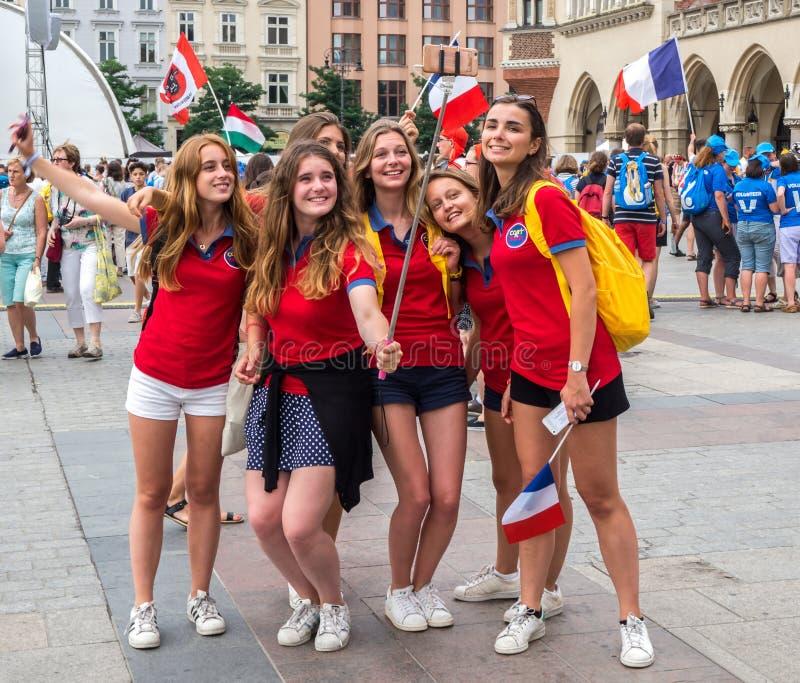 Día de juventud de mundo 2016: Muchachas francesas que hacen selfies en Cracovia foto de archivo